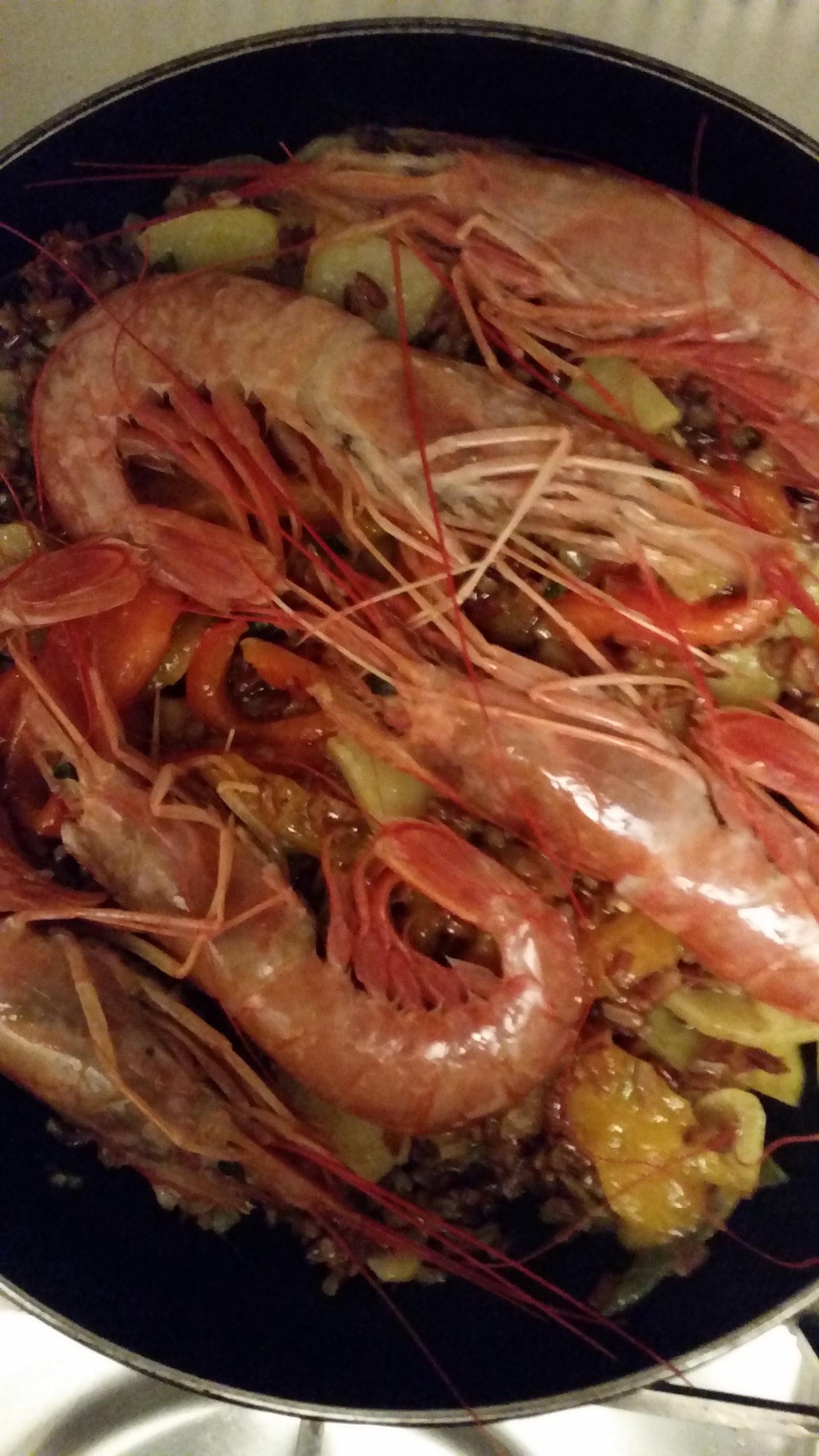 paella di gamberoni, peperoni e riso rosso