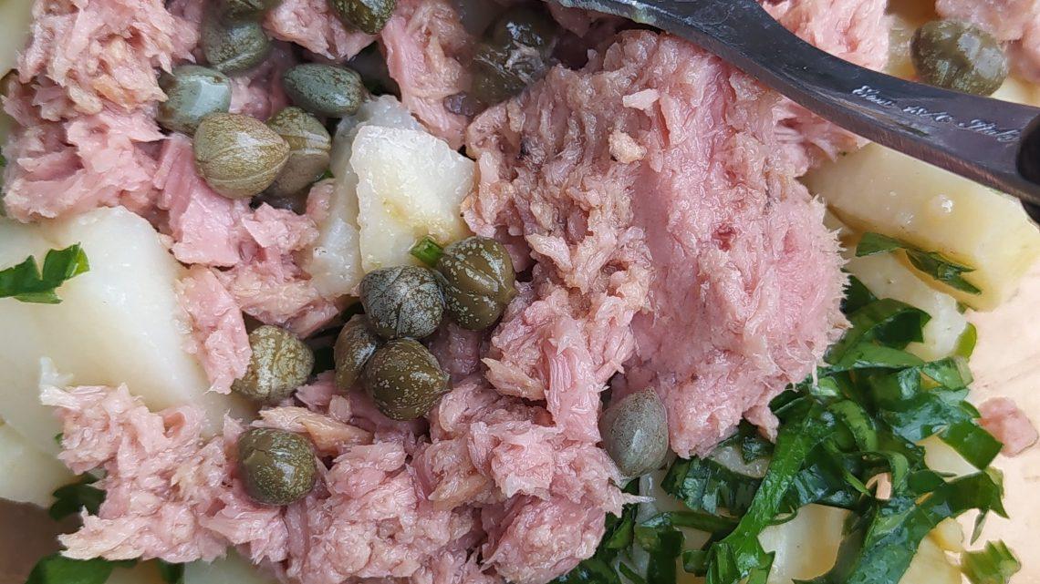 Insalata di patate, tonno e prezzemolo